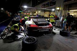 Pit stop, #1 Hofor-Racing Mercedes-AMG GT3: Michael Kroll, Chantal Kroll, Roland Eggimann, Kenneth Heyer, Christiaan Frankenhout