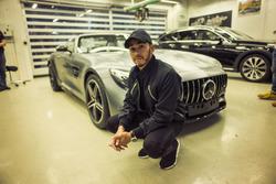 Lewis Hamilton a Mercedes gyárában