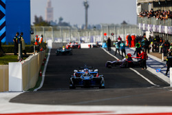 Sébastien Buemi, Renault e.Dams, Felix Rosenqvist, Mahindra Racing, sortent des stands