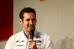 Richard Millener de M-Sport parle à Henry Hope-Frost sur la scène Autosport