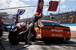 Daniel Suarez, Joe Gibbs Racing, Toyota Camry ARRIS, pit stop