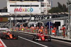Sebastian Vettel, Ferrari SF70H, Fernando Alonso, McLaren MCL32