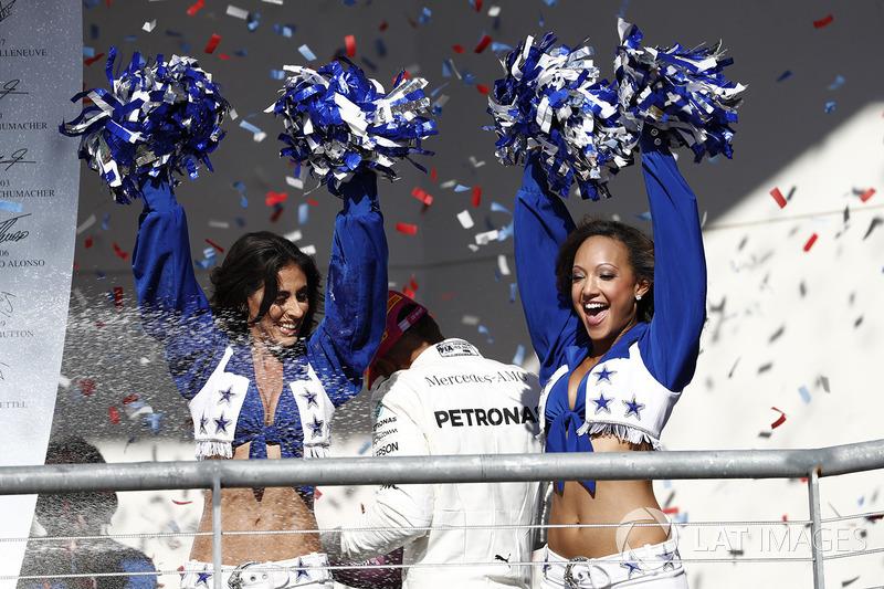 Las Vaqueritas de Dallas en el podio