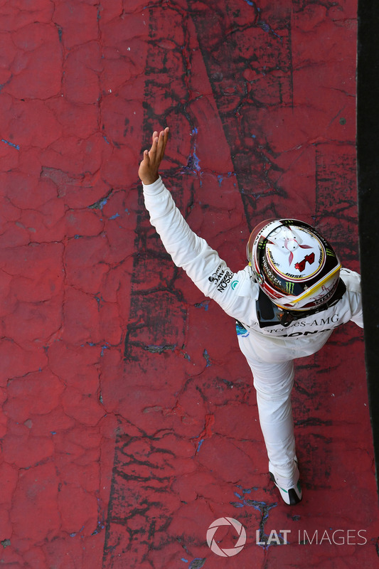Lewis Hamilton, Mercedes-AMG F1 waves