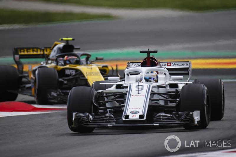 Маркус Эрикссон, Alfa Romeo Sauber C37, и Карлос Сайнс, Renault Sport F1 Team RS18