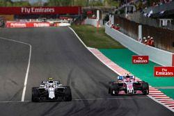 Charles Leclerc, Sauber C37, battles with Esteban Ocon, Force India VJM11