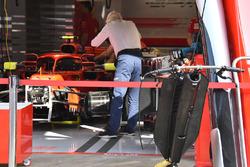 Charlie Whiting, Ferrari SF71H con los espejos sobre el Halo