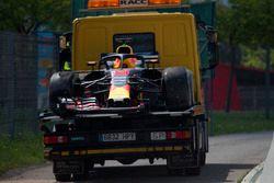 El coche chocado de Daniel Ricciardo, Red Bull Racing RB14 es removido en la PL1