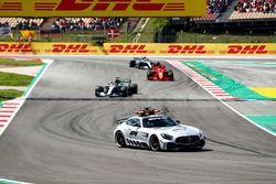 La voiture de sécurité mène Lewis Hamilton, Mercedes AMG F1 W09, Sebastian Vettel, Ferrari SF71H et Valtteri Bottas, Mercedes AMG F1 W09