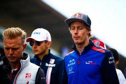 Kevin Magnussen, Haas F1 Team, Esteban Ocon, Force India, y Brendon Hartley, Toro Rosso, en el desfile de pilotos