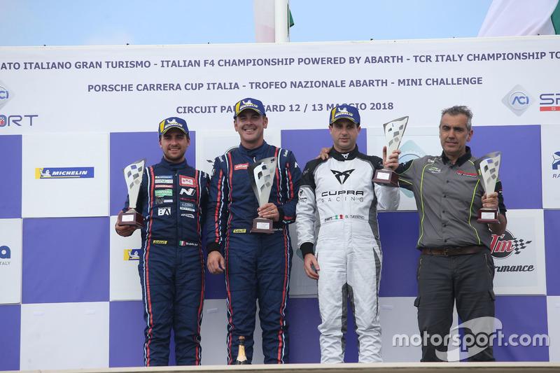 Podio TCR Gara 1: il secondo classificato Eric Scalvini, BRC Racing Team, il vincitore Nicola Baldan, Pit Lane Competizioni, il terzo classificato Salvatore Tavano, Seat Leon TCR