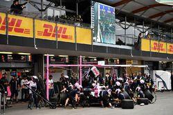 Arrêt au stand pour Esteban Ocon, Force India VJM11