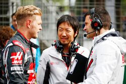 Kevin Magnussen, Haas F1 Team, on the grid with Ayao Komatsu, Chief Race Engineer, Haas F1