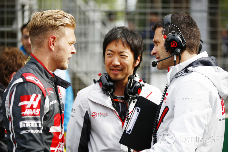 Kevin Magnussen, Haas F1 Team, in griglia con Ayao Komatsu, Chief Race Engineer, Haas F1