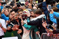 Le vainqueur Lewis Hamilton, Mercedes-AMG F1, dans le parc fermé