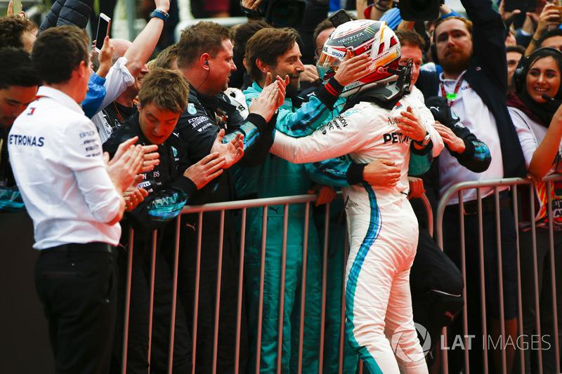 Lewis Hamilton, Mercedes AMG F1, 1° classificato, festeggia nel parco chiuso con il team
