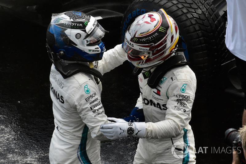 Valtteri Bottas, Mercedes-AMG F1 y Lewis Hamilton, Mercedes-AMG F1 celebran