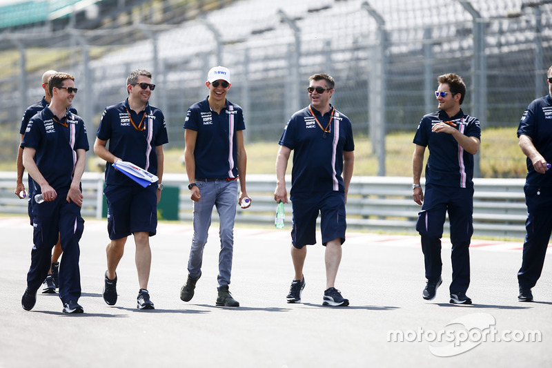 Esteban Ocon, Force India, cammina lungo il circuito con il suo team