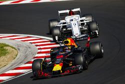 Daniel Ricciardo, Red Bull Racing RB14, y Marcus Ericsson, Sauber C37