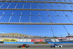 Ricky Stenhouse Jr., Roush Fenway Racing Ford y Jamie McMurray, Chip Ganassi Racing Chevrolet