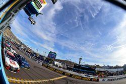 Мэтт Кенсет, Joe Gibbs Racing Toyota и Мартин Труэкс-мл., Furniture Row Racing Toyota на рестарте