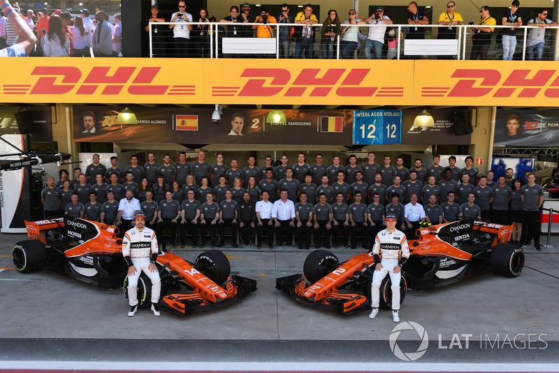 Fernando Alonso, McLaren y Stoffel Vandoorne, McLaren con el equipo McLaren en la foto oficial