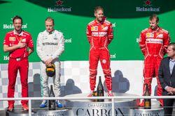 Podio: il vincitore Sebastian Vettel, Ferrari, il secondo classificato Valtteri Bottas, Mercedes AMG