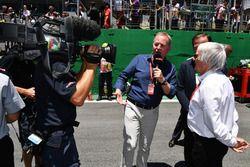 Комментатор Sky Sports F1 Мартин Брандл и Берни Экклстоун