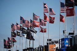 Banderas en la zona de garaje