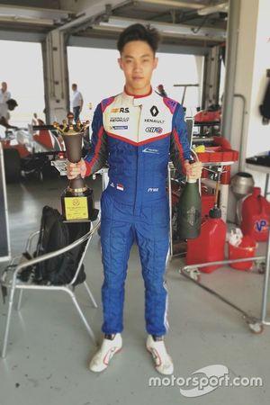 Presley Martono dengan trofi runner-up Race 1