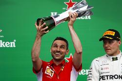 Nicola Bariselli, Race Engineer, Ferrari, met Valtteri Bottas, Mercedes AMG F1, 2e plaats, op het podium