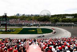 Lewis Hamilton, Mercedes AMG F1 W09, voor Daniel Ricciardo, Red Bull Racing RB14, en Kimi Raikkonen, Ferrari SF71H