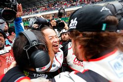 Fernando Alonso, Toyota Gazoo Racing viert feest met het team