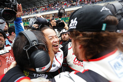 Fernando Alonso, Toyota Gazoo Racing fête la victoire avec son équipe