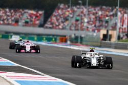 Charles Leclerc, Sauber C37, devant Sergio Perez, Force India VJM11