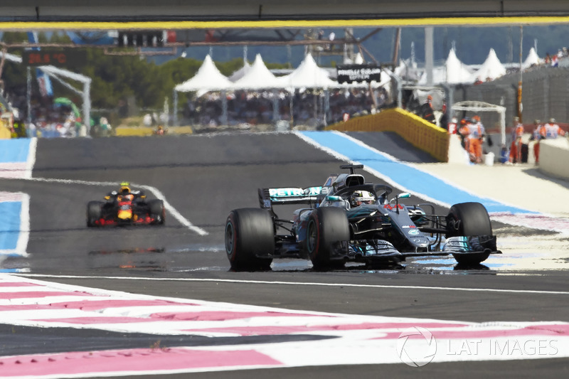 Lewis Hamilton, Mercedes AMG F1 W09, precede Max Verstappen, Red Bull Racing RB14
