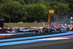 Lewis Hamilton, Mercedes-AMG F1 W09 mène au départ alors que Sebastian Vettel, Ferrari SF71H percute Valtteri Bottas, Mercedes-AMG F1 W09