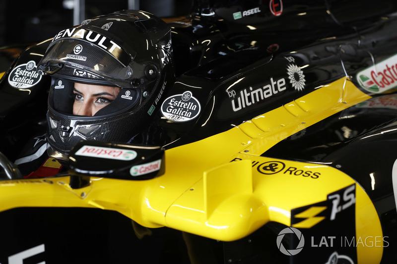Aseel Al-Hamad, se prépare à piloter une Lotus E20 lors de la parade Renault Passion