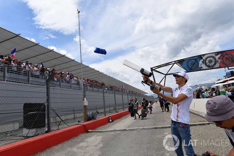 Esteban Ocon, Force India F1 shoots t-shirts into the crowd