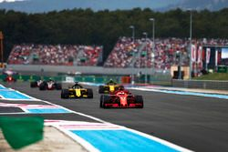 Sebastian Vettel, Ferrari SF71H, Nico Hulkenberg, Renault Sport F1 Team R.S. 18, Carlos Sainz Jr., Renault Sport F1 Team R.S. 18