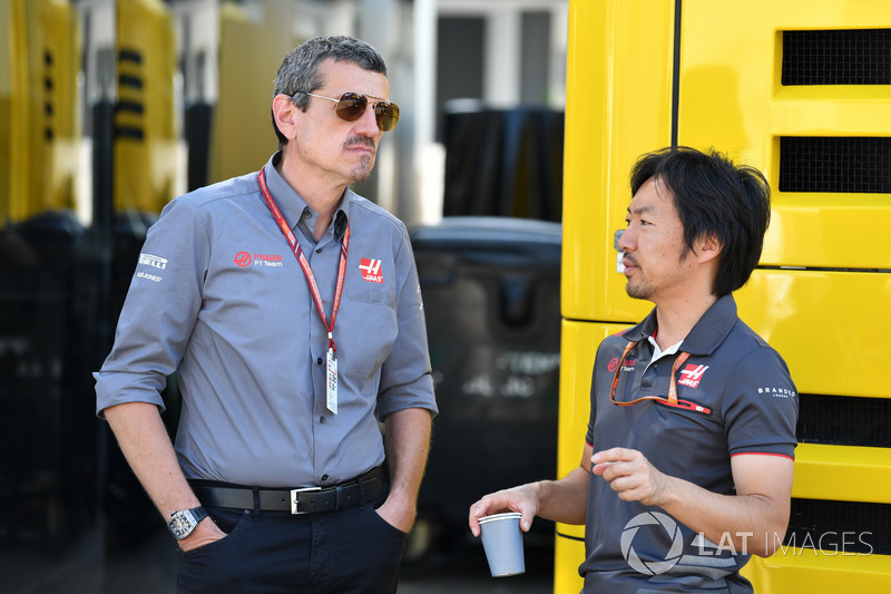 Guenther Steiner, Team Principal Haas F1 e Ayao Komatsu, ingegnere del team Haas F1