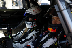 Sébastien Ogier bestuurt de Mercedes-AMG C63 DTM met zijn vrouw Andrea Kaiser