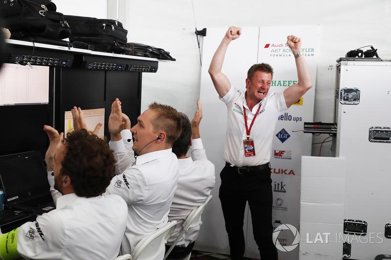 Allan McNish, Team Principal, Audi Sport Abt Schaeffler, celebra el título de constructores