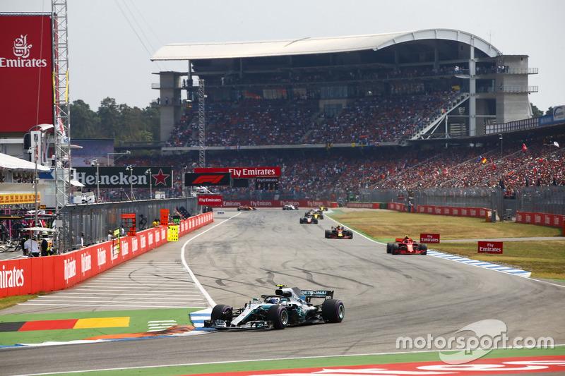 Valtteri Bottas, Mercedes AMG F1 W09, Kimi Raikkonen, Ferrari SF71H, y Max Verstappen, Red Bull Racing RB14