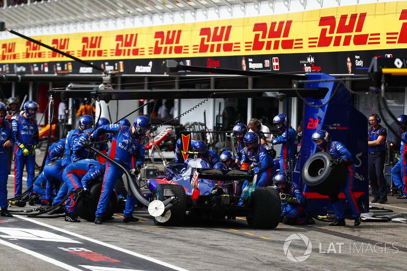 Pierre Gasly, Toro Rosso STR13 pit stop