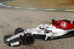 Marcus Ericsson, Sauber C37, gira en una trampa de grava en la calificación