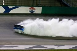 Martin Truex Jr., Furniture Row Racing Toyota Camry, festeggia con un burnout