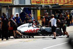 Romain Grosjean, Haas F1 Team, es empujado a su garaje después de que su auto comenzó a fumar en la calificación