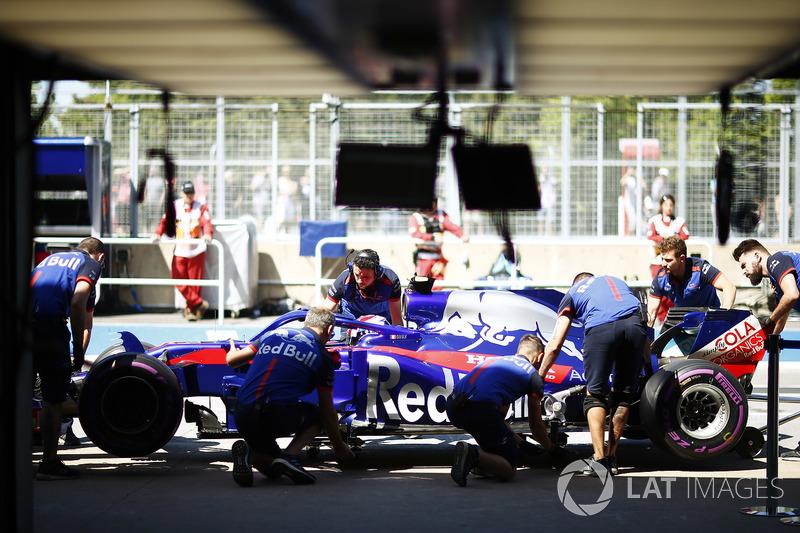 Pierre Gasly, Toro Rosso, avec ses mécaniciens dans le stand