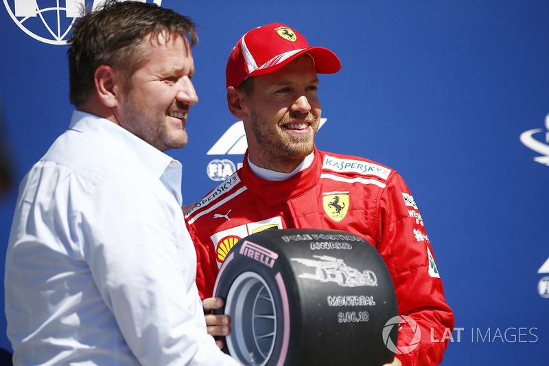Paul Hembrey, director de Pirelli Motorsport, con el autor de la pole en Canadá, Sebastian Vettel
